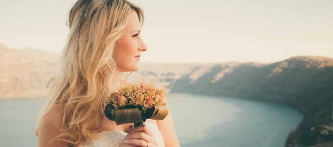 Trucchi per venire bene nelle foto del matrimonio: ecco come posare