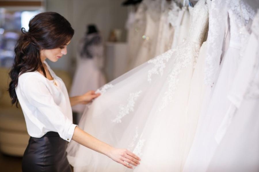 Come trasportare l'abito da sposa in auto, aereo e valigia