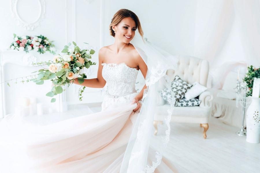 Evitare di rovinare l'abito da sposa durante le nozze: come fare