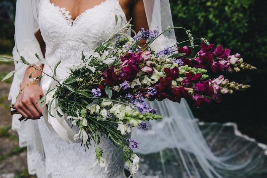Messy bouquet: la perfetta composizione per una sposa originale